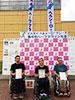 [写真]表彰式で賞状を手に持つ長田選手