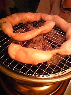 [写真]スーパーマルチョウを七輪で焼いている様子