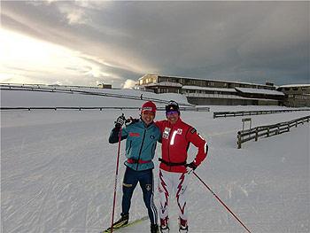 [写真]肩を組む新田佳浩選手とロビン選手