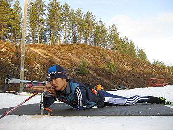 [写真]射撃トレーニング中の新田佳浩