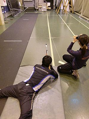 [写真]射撃トレーニング中の新田佳浩と阿部コーチ