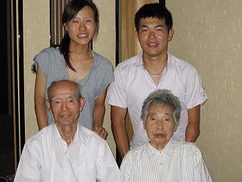 [写真]祖母、祖父と新田佳浩夫妻
