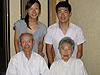 [写真]祖父母と祖新田佳浩夫妻