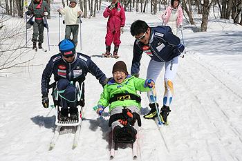 [写真]子供たちと一緒にシットスキー