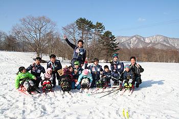 [写真]雪の上で記念撮影
