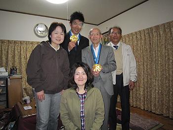 [写真]家族でメダルをかけて
