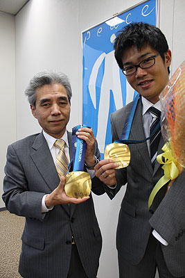 [写真]Benesseの福島社長と新田佳浩
