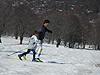 [写真]未来のパラリンピックアスリートと一緒に滑る