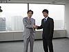 [写真]二宮清純氏と握手