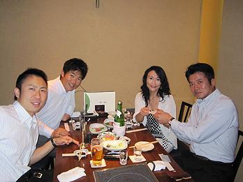 [写真]みんなで食事をしている様子