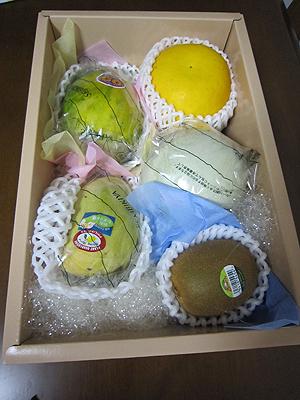[写真]誕生日プレゼントのフルーツ