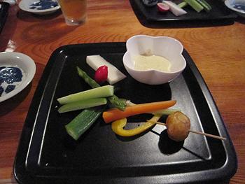 [写真]前菜は味噌をつけて