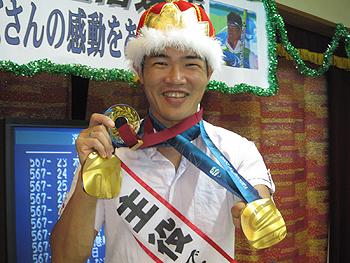 [写真]金メダルのほかにみんなからのメダル