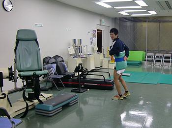 [写真]腰を固定して痛くない範囲で動きます