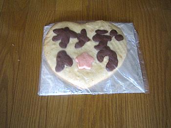 [写真]「オメデトウ」と書かれたハート型のクッキー