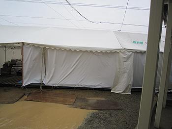 [写真]お風呂は簡易テントに設置