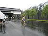 [写真]雨の中での駅伝レース