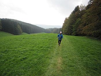 [写真]丘をランニング
