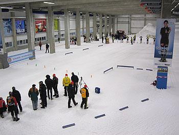 [写真]スキーホールでレーザーライフルの講習会の様子