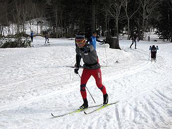 [写真]新田佳浩選手、ロビン・マッキーバー氏のスキーセミナーにてスケーティングのトレーニング