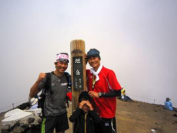 [写真]旭岳頂上、竹原さんと新田佳浩
