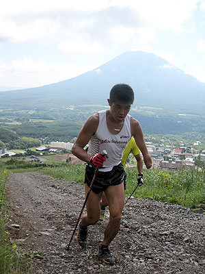 [写真]ポールジャンプのトレーニング中の新田佳浩