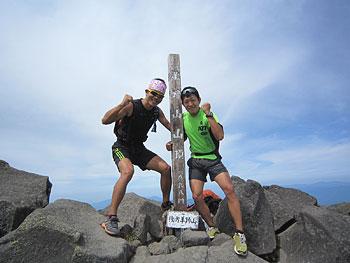 [写真]羊蹄山の頂上に立つ新田佳浩
