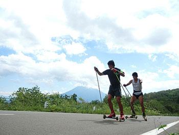 [写真]ローラースキートレーニングする新田佳浩