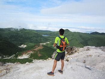 [写真]山頂からの景色を見ている新田佳浩