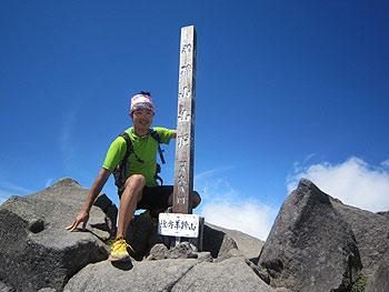 [写真]羊蹄山頂上の新田佳浩選手