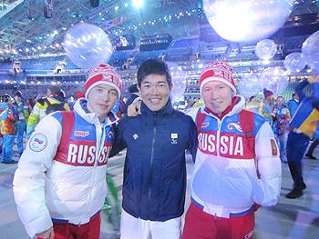 [写真]パラリンピック閉会式でクラシカルのメダリスト、ロシアのRushan選手、Vladislav選手と共に