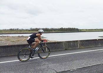 [写真]トライアスロンでの自転車競技の様子