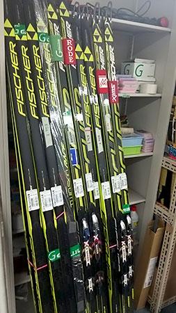 [写真]立てかけてある数組のスキー板