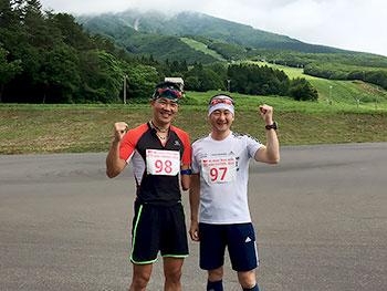 [写真]ガッツポーズする新田佳浩と長濱一年コーチ