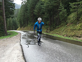 [写真]ローラースキーでトレーニング中の新田佳浩選手