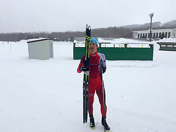 [写真]スキー板を持つ新田佳浩選手