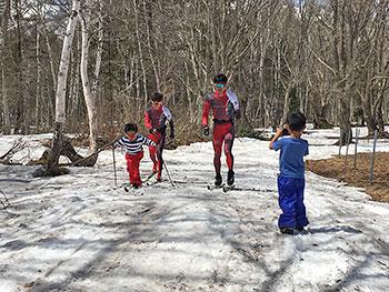 [写真]子供たちとクロスカントリーする新田選手、川除選手