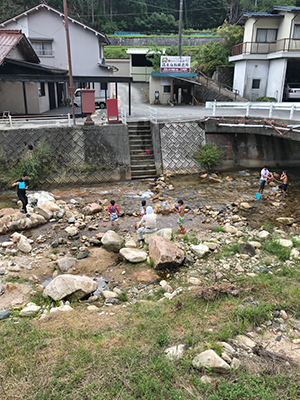 [写真]家の目の前で水遊びする子供たち