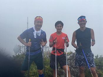 [写真]烏帽子岳までポールジャンプ 長濵監督、川除選手と頑張りました