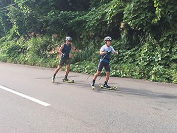 [写真]新田選手、川除選手とローラースキー
