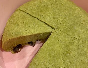 [写真]抹茶に黒豆を入れたプロテインケーキ