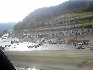 [写真]台風による増水で崩れた堤防