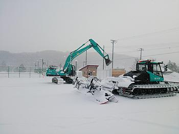 [写真]シットスキーの選手が乗り入れしやすいように除雪