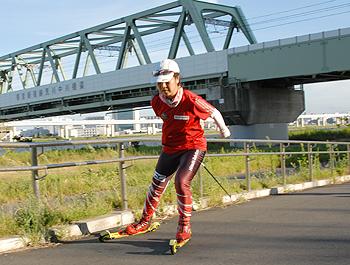 [写真]ローラースキーで走る太田渉子選手