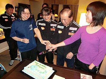 [写真]横山先生と女子リレーメンバー