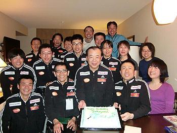 [写真]中央に横山先生と選手達