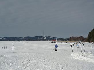 [写真]湖の上でスキーをする人々