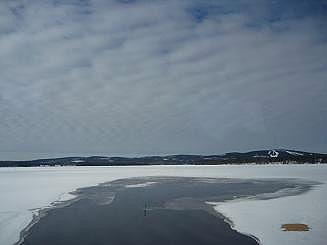 [写真]氷が溶けはじめた湖