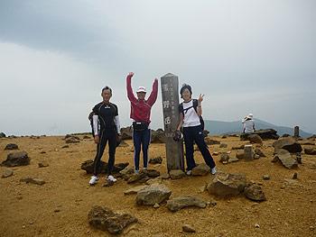 [写真]熊野岳山頂に立つ太田渉子たち