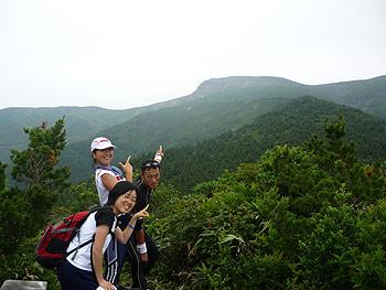 [写真]中丸山を指差す太田渉子たち